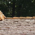 Eindeckung des Daches mit Holzschindeln